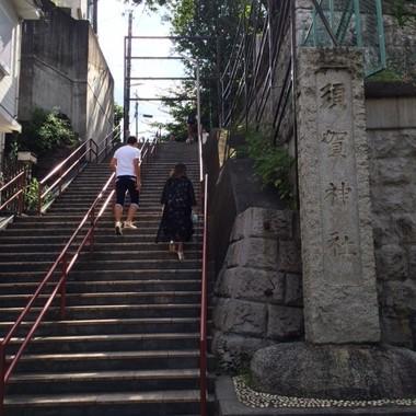 「君の名は。」のキービジュアル「須賀神社」の階段。