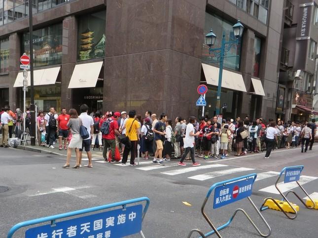 行列のできた「TAU」(9月11日撮影)