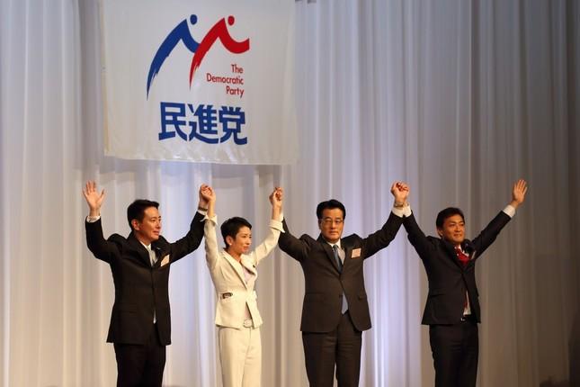 代表決定後に手をつなぐ代表選候補者と岡田克也前代表