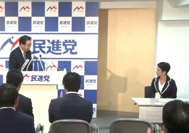 あいさつ後に蓮舫代表(右)に対して一礼する野田佳彦幹事長(左)(民進党のライブ動画より)