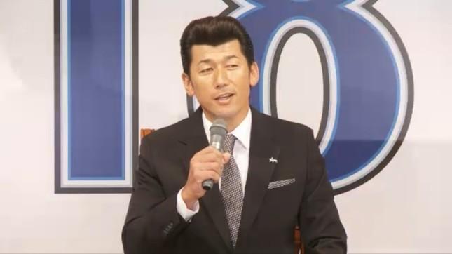 引退会見でも三浦投手のリーゼントヘアはビシッと決まった(画像は中継動画より)