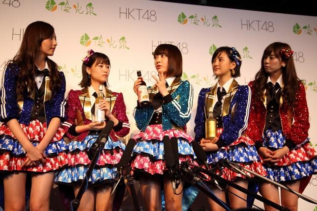 囲み取材に応じるHKT48のメンバー。左から森保まどかさん、朝長美桜(ともなが・みお)さん、宮脇咲良さん、兒玉遥さん、坂口理子(さかぐち・りこ)さん