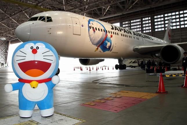 機体前方にはタケコプターをつけたドラえもんを描いた