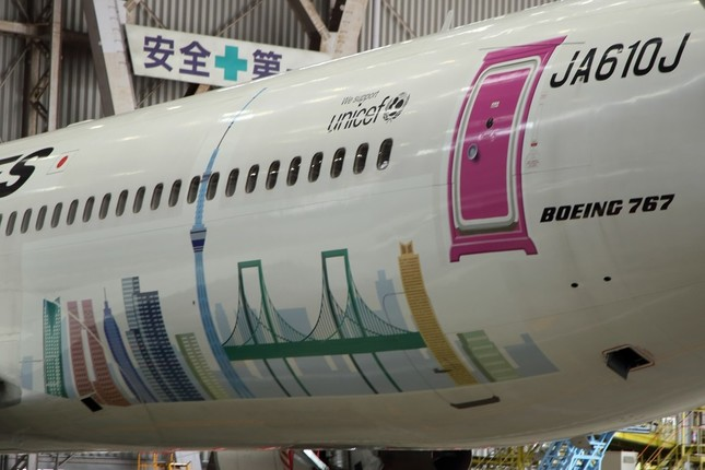 後方ドアには「どこでもドア」。東京の街並みも描いた
