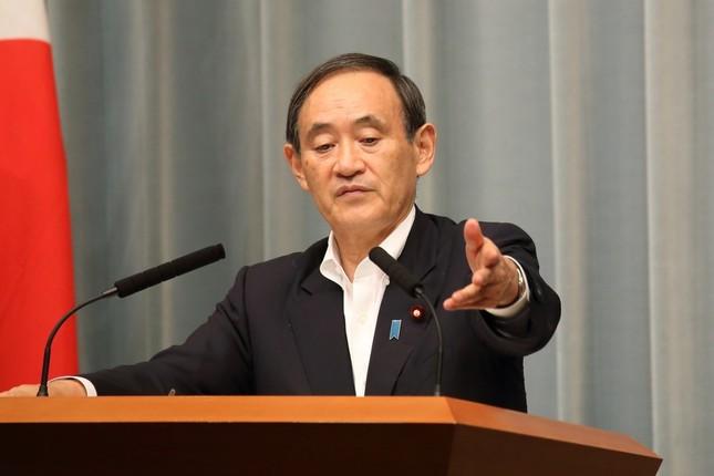 菅義偉官房長官は国会議員の二重国籍の是非については「議員ご自身で説明する問題」と述べるにとどめた
