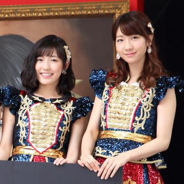 メイクをした状態の渡辺麻友さん(左)と柏木由紀さん(右)(2016年6月撮影)