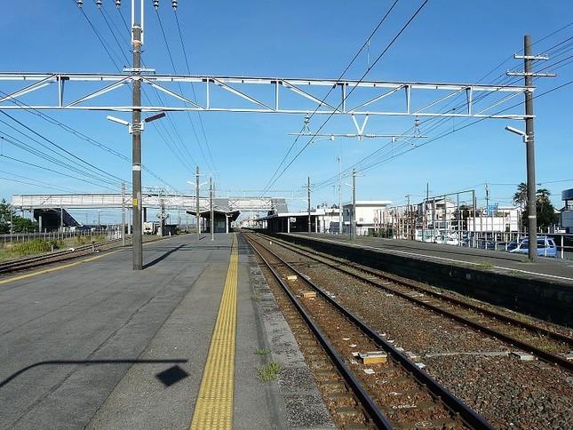写真は新居町駅のホーム、鷲津駅は隣駅だ(Wikimedia Commonsより)