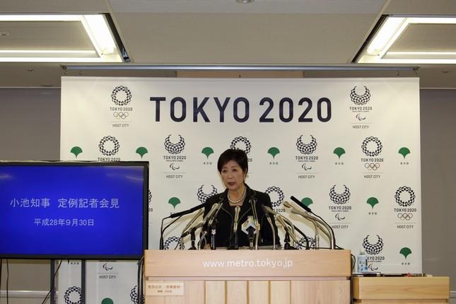 記者会見に臨む東京都の小池百合子知事