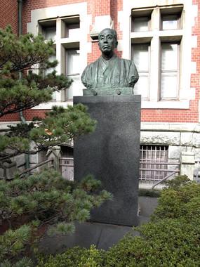 慶大三田キャンパスの福澤諭吉像。未成年飲酒をめぐる不祥事が相次いでいる