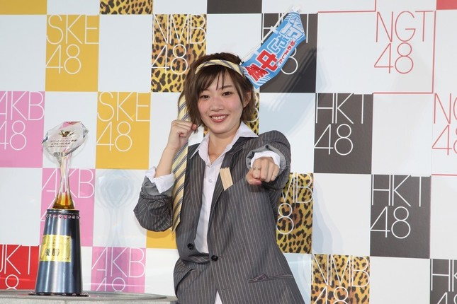 優勝したAKB48の田名部未来さん。ネクタイを頭に巻き付けた酔いどれサラリーマン姿で登場した