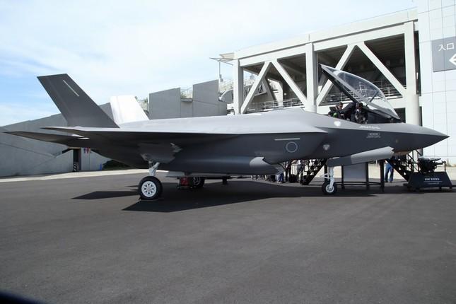 F-35戦闘機の実物模型はコックピットも見学できる