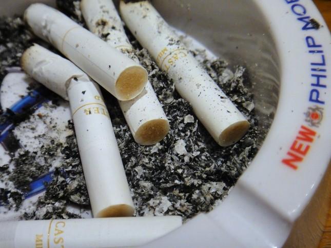 追い詰められる愛煙家… 4年後には屋内全面禁煙になるのか?