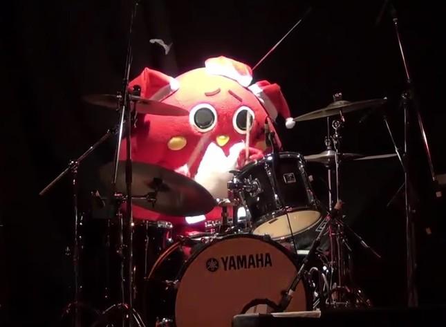 「紅」のドラムを演奏するにゃんごすたー(画像は公式Youtubeチャンネルの動画より)