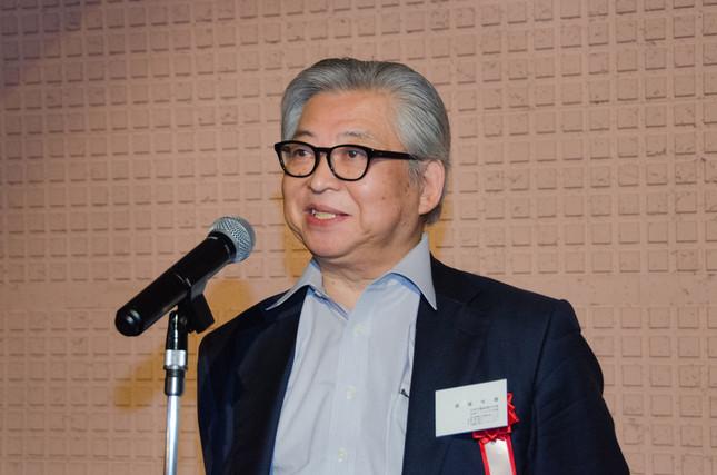 「感謝の会」であいさつするノンフィクション作家の保阪正康さん