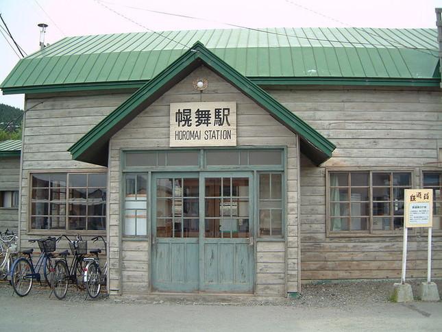 映画のロケセットが残る幾寅駅の駅舎(Wikimedia Commonsより)
