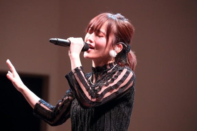 ソロアルバム発売イベントで楽曲を披露する山本彩さん