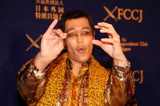 日本外国特派員協会で「おなじみのポーズ」をとるピコ太郎さん