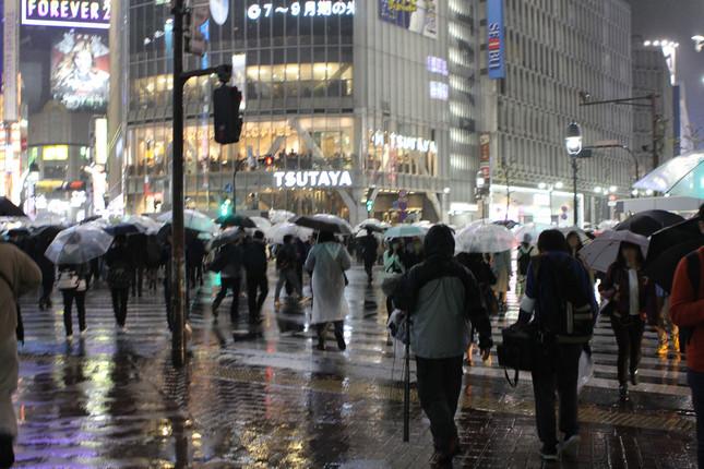 28日、平常運転の渋谷駅前・スクランブル交差点。手前に、民放クルーの姿が見える