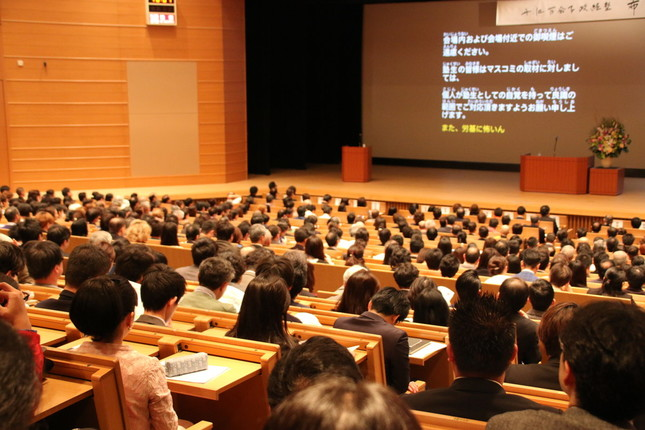 会場の収容人数の都合から、開塾式は4回に分けて行われた