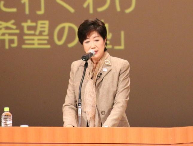 「希望の塾」開塾式で挨拶する小池百合子氏(16年10月30日撮影)