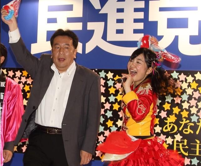 枝野幸男幹事長と「共演」していた桜雪さん(16年4月30日撮影)