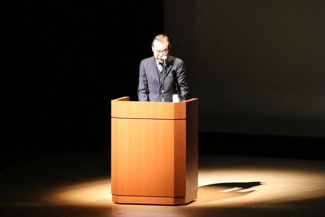 「希望の塾」開塾式で軽妙なトークを披露した松永二三男さん