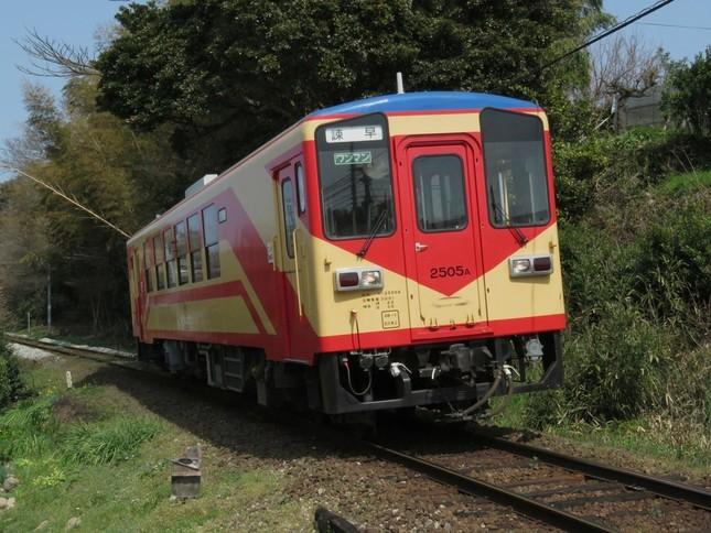 引退が予定されている往年の「赤パンツ車両」(島原鉄道提供)