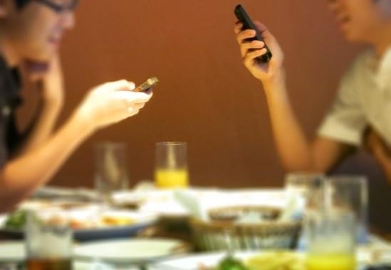 友人と食事中にスマホ操作、どう思う?(画像はイメージ)