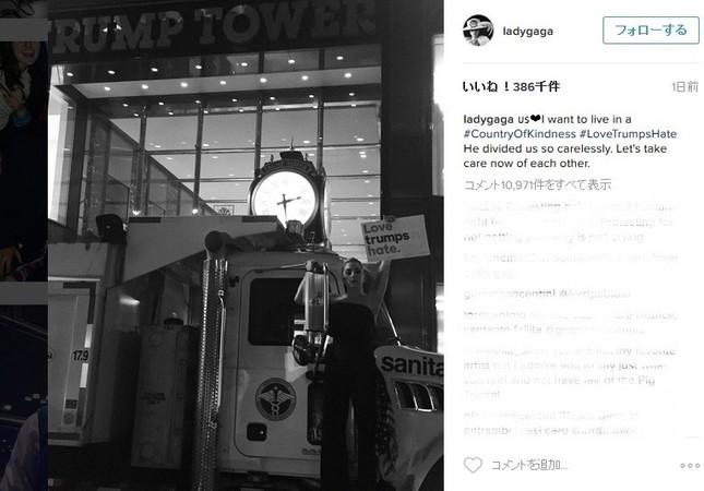 自身のインスタグラムに投稿したトランプタワー前での抗議写真(画像はレディー・ガガさん公式インスタグラムより)