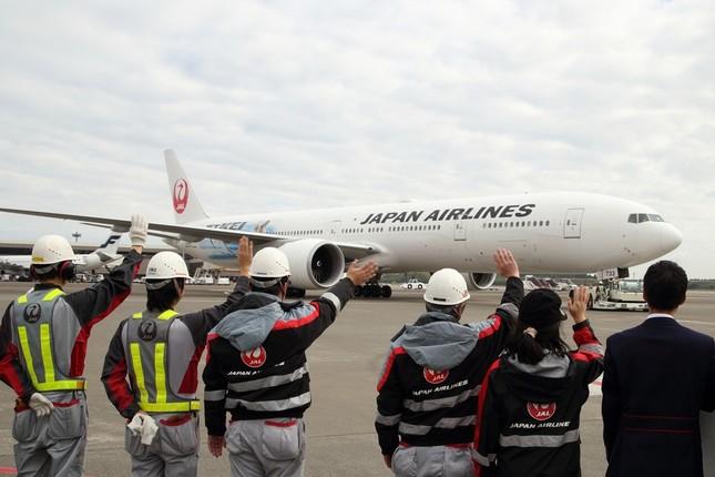 JALの係員がニューヨーク行きのJL6便を見送った