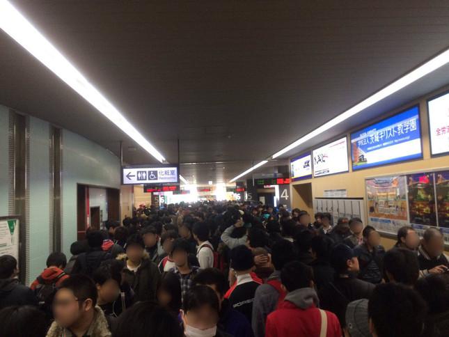 13日午前9時ごろの水戸駅(@ayataro2649さん提供)。8列に並んだ乗客たちの姿が確認できる(写真は編集部が一部加工)