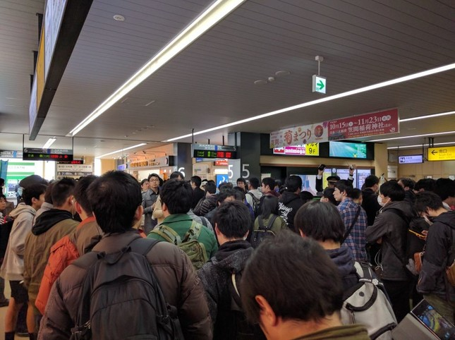 やはり9時ごろ、ホームへと続く列(@rin2_さん撮影)