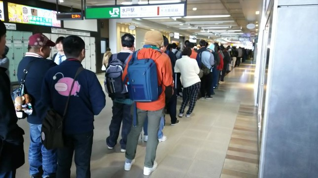 切符売り場へと続く長蛇の列。これでまだ朝8時前(@Holly_athleticさん提供)