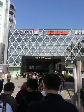 行列は駅の外まで続く(@uemurakoubouさん撮影)