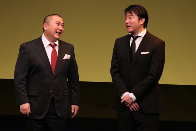 復帰が論議の山本圭壱さん。右は、相方の加藤浩次さん