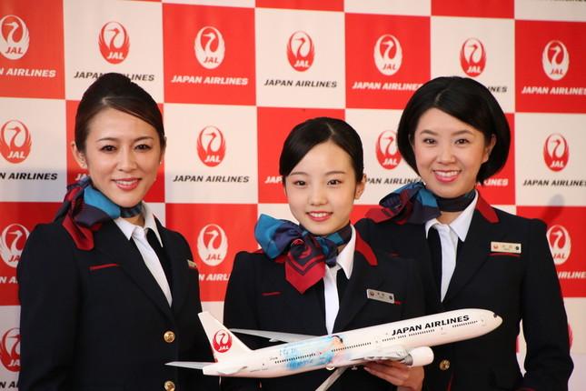 契約締結にあたり、JALからは記念品が贈られた
