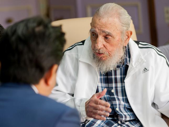 安倍首相と会談するカストロ前議長(Cubadebate/ロイター/アフロ)