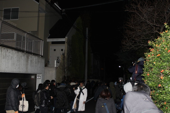 ASKA容疑者の自宅周辺には大勢の報道陣が詰めかけた(2016年11月28日撮影)
