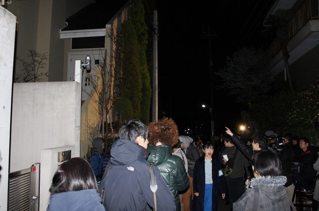ASKA容疑者の自宅周辺には大勢の報道陣が集まった(2016年11月28日撮影)
