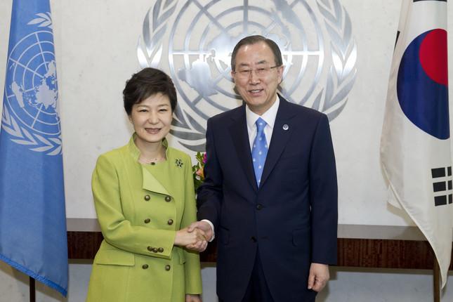 朴槿恵(パク・クネ)大統領(左)と国連の潘基文(パン・ギムン)事務総長(右)。潘氏の動向が注目されている(UN Photo/Eskinder Debebe)
