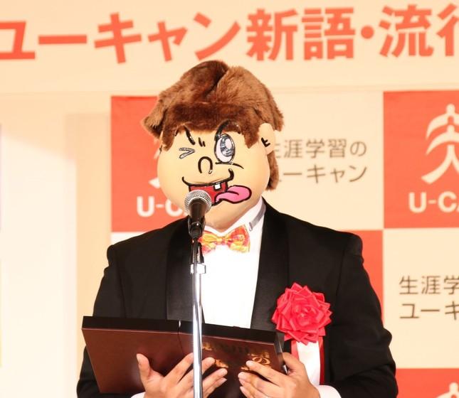 週刊文春の記者が代表してあいさつ(写真は2016年12月1日撮影)