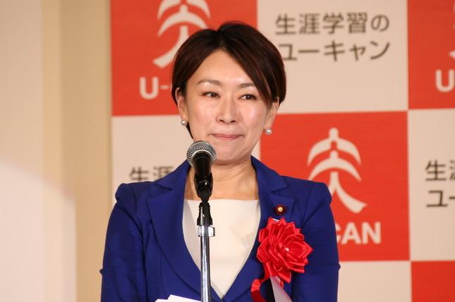 「2016ユーキャン新語・流行語大賞」授賞式であいさつする民進党の山尾志桜里衆院議員
