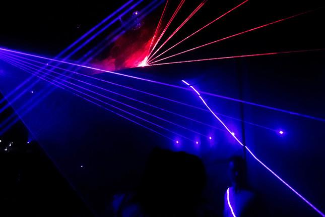 飛び交うレーザー光線(写真は記事とは関係ありません)