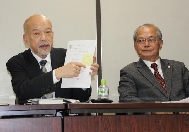 読売側との契約書を紹介する中里英章社長(左)