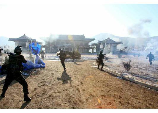訓練では特殊部隊がヘリからパラシュートで降下し、青瓦台のような建物に突入した(「労働新聞」電子版より)