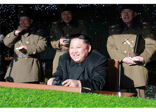 訓練は金正恩朝鮮労働党委員長が笑顔で視察した(「労働新聞」電子版より)