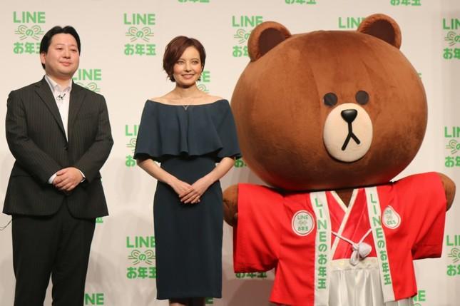 舛田淳氏(左)、ベッキーさん(中央)、LINEオリジナルキャラクターのブラウン(右)