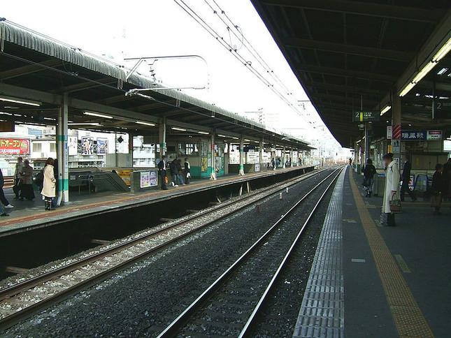 利用者が「物々しい」と語る新小岩駅のホーム(wikimedia commonsより)