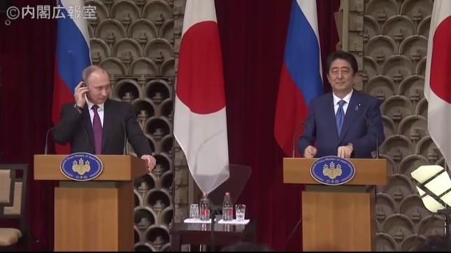 安倍首相(右)はプーチン大統領のことを繰り返し「ウラジーミル」と呼んだ(画像は政府インターネットテレビから)