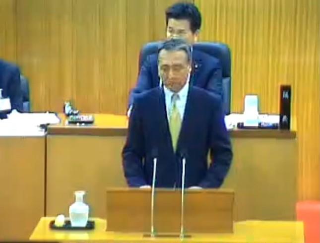 飯塚市議会で陳謝する田中秀哲副市長(69)(ユーストリームの中継動画より)